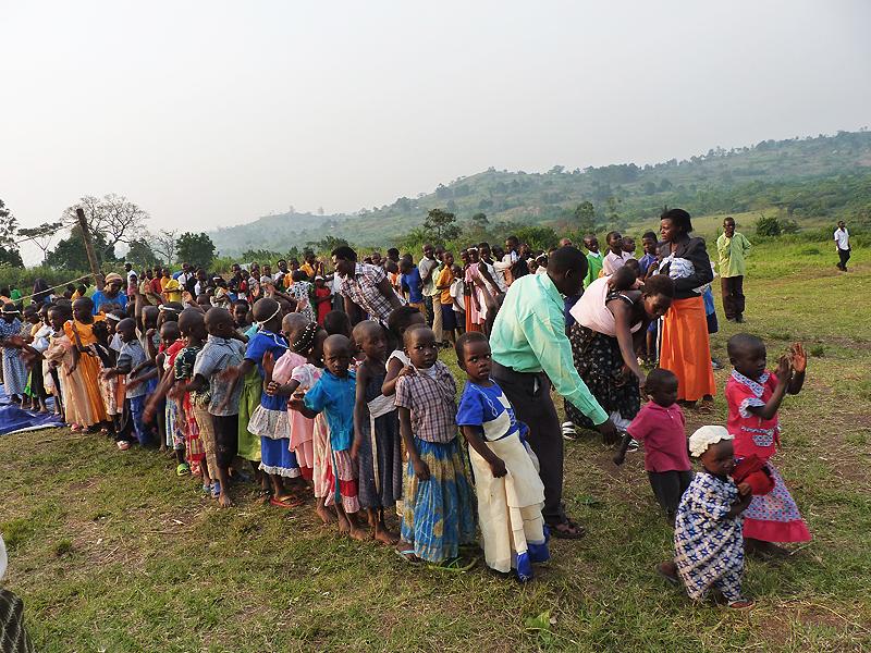 Dwieście dzieci z Nwaibanda ustawia się w kolejce po jedzenie.