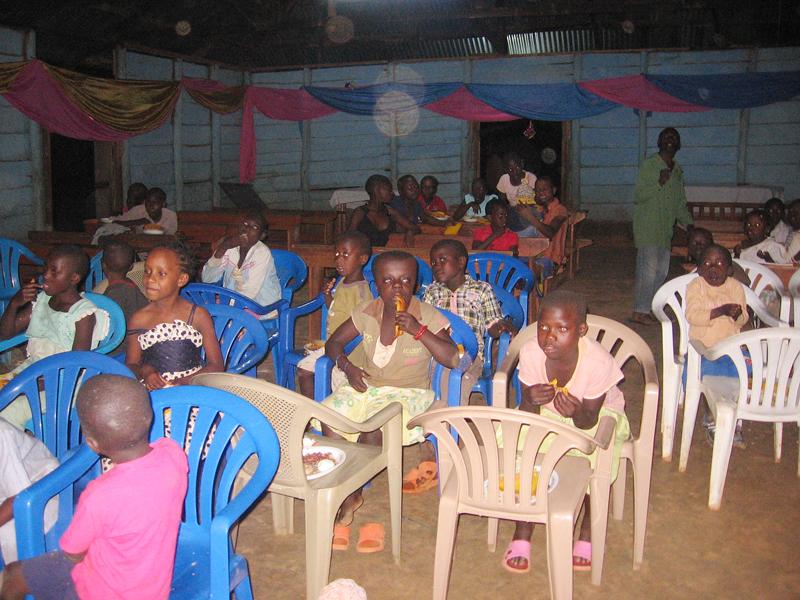 Dzieci w skupieniu jedzą sylwestrowy posiłek