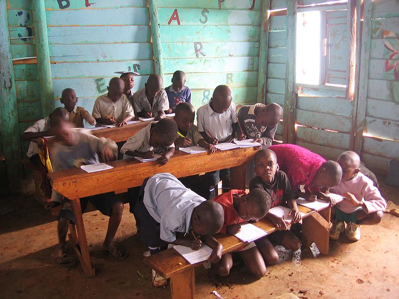 W klasie mamy dwie ławki z pulpitami i jedną zwykłą do siedzenia. Dzieci radzą sobie jak mogą.